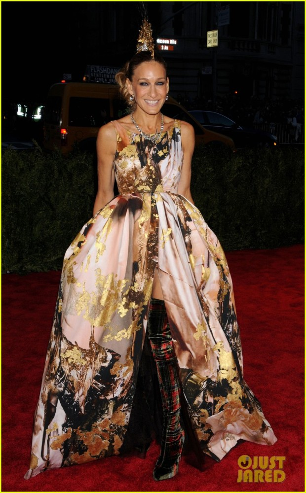 sarah-jessica-parker-met-ball-2013-red-carpet-03